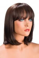 Perruque Camila châtain - Perruque châtain au look résolument moderne. Camila est mi-longue avec une frange effilée.
