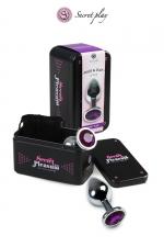 Plug aluminium M Violet - Plug anal en métal de la marque espagnole Secret Play. D'une longueur de 8,5 cm et un diamètre de 3,5 cm sa forme est étudiée pour procurer d'intenses sensations. Il est décoré d'un strass violet.
